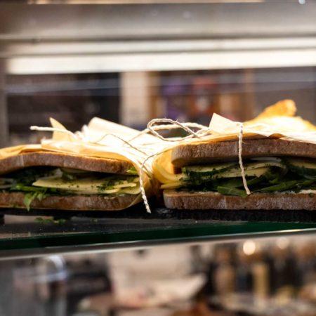 Reeham Café Belegtes Brot mit Käse und Rucola