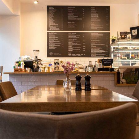 Reeham Café mit Aussicht auf Baristatheke